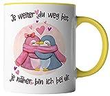 vanVerden Tasse - Je weiter du weg bist je näher bin ich bei dir - Pinguine - beidseitig Bedruckt - Geschenk Idee Kaffeetassen mit Spruch, Tassenfarbe:Weiß/Gelb