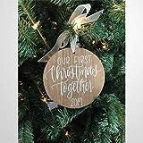 BYRON HOYLE Our First Christmas Together Weihnachtsbaum-Ornament, personalisiertes Geschenk, rustikales Holzschild, Holzschild, Wandschmuck, Wandaufhänger, Heimdekoration zc193
