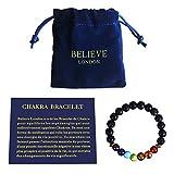 Believe London Chakra Armband mit Schmuckmappe und Abbildung von Bedeutungen - justierbares Armband - Natursteine von 7 Chakras - Yoga - Reiki Healer