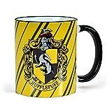 Elbenwald Harry Potter Tasse mit Hufflepuff Wappen Rundumdruck mit Wappentier Dachs und Schriftzug Keramik 300ml gelb