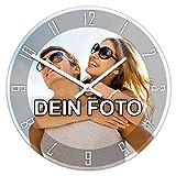 PhotoFancy® - Uhr mit Foto Bedrucken - Runde Fotouhr aus Kunststoff - Wanduhr mit eigenem Motiv selbst gestalten (26 cm rund, Design: Klassisch schwarz/Zeiger: weiß)