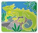 Leguan-Mauspad, polygonales karikaturistisches Design des glücklichen Reptils im Dschungel auf Felsen, rechteckiges rutschfestes Gummi-Mauspad, Standard-Mehrfarben
