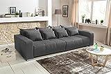 lifestyle4living Big Sofa in grau mit Schlaffunktion   XXL Couch inkl. 4 extragroßen Rücken-Kissen und hochwertiger Schaum-Polsterung