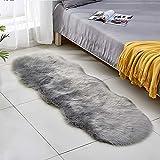 Lurowo Teppich aus Kunstfell, Lammfell weich und flauschig mit rutschfester Unterseite, dekorativer Teppich, waschbar für Sofa, Schlafzimmer, Stuhl, 60 x 180 cm (grau)