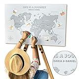BeforeWeGetOld Weltkarte Pinnwand, personalisiert mit Namen, Zitaten Landkarte Karte Reise – Leinwandbild - Hohe Druckqualität – Keine Rubbelkarte – Inkl. 100 Pins zum Anpinnen (Grau, 60x90 cm)