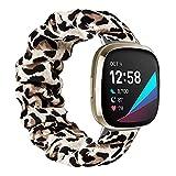MoKo Scrunchie Armband Kompatibel mit Fitbit Versa 3 / Fitbit Sense, Dehnbares Muster Gedrucktes Stoff Elastische Ersatzarmband Weiches Uhrenarmband für Damen Mädchen, S, Leopard