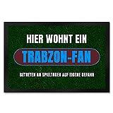 speecheese Hier wohnt EIN Trabzon-Fan Fußmatte XXL in 50x75 cm mit Rasenmotiv Sportfan Trabzon Türkei Sport Europa